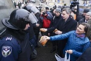 Victory Nuland, mit dem US Botschafter Geoffrey R. Pyatt ,aus der Iran Contra Affäre in Kiew bei Demonstrationen